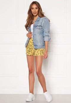 ONLY Nova Lux Shorts Misted Yellow AOP Bubbleroom.eu