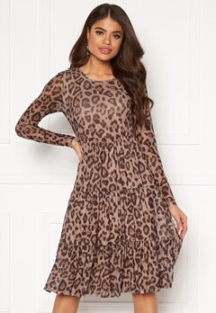 VILA Davis New L/S Printed Dress Soft Camel, AOP Leo Bubbleroom.eu