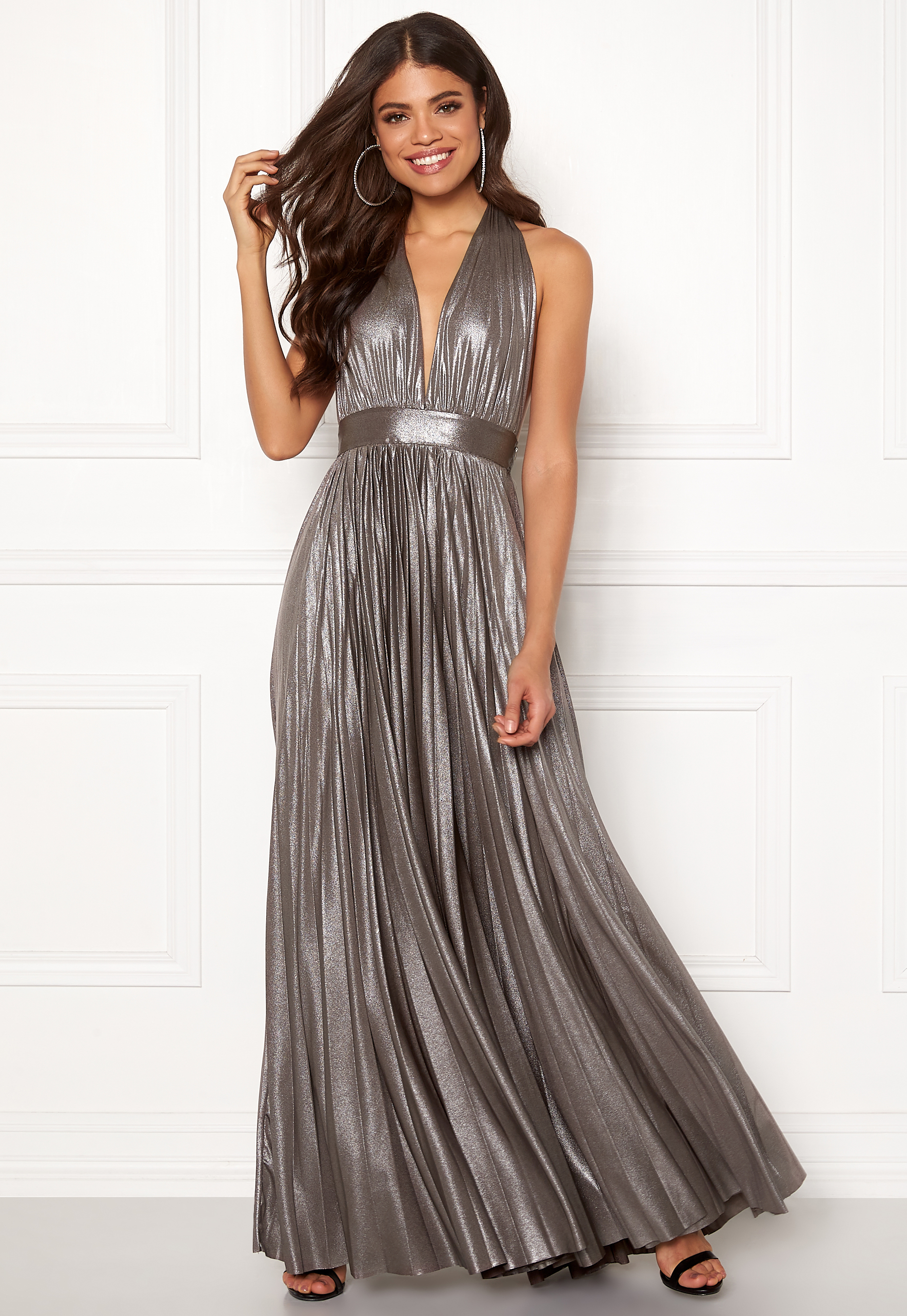 https://images.bubbleroom.eu/data/product/raw/goddiva-deep-v-neck-metallic-dress-silver_2.jpg